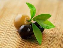 Olive su un fondo di legno Immagini Stock Libere da Diritti
