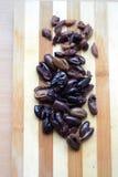 Olive sul tagliere di legno Immagini Stock Libere da Diritti