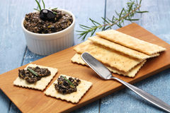 Olive tapenade with crackers Royalty Free Stock Photography