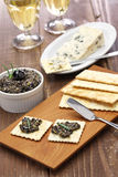 Olive tapenade with crackers Royalty Free Stock Photos
