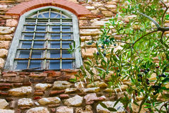 Olive Tree Branch Outside Stone-Haus-Fenster Stockfotos