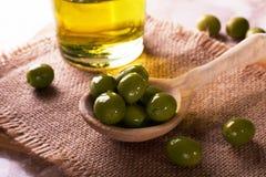 Olive in un cucchiaio Immagine Stock Libera da Diritti