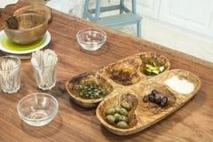Olive in una ciotola di legno Immagine Stock Libera da Diritti