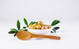 Olive in una ciotola ed in un cucchiaio di legno Immagini Stock