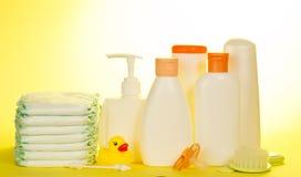 Olive und Shampoo im Hintergrund zacken Tücher, Schwamm und blinde und blaue Seife aus Stockbild