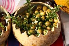 Olive verdi con i rosmarini e l'aglio Fotografia Stock
