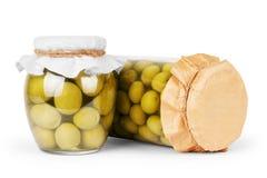 Olive verdi conservate in banca, bottiglia Immagine Stock