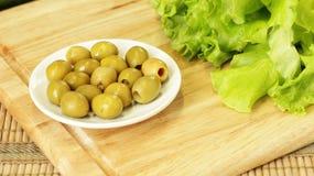 Olive verdi e lattuga immagini stock