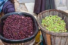 Olive verdi e nere appena raccolte in un canestro di legno da vendere al mercato di Sineu, Maiorca Immagine Stock Libera da Diritti
