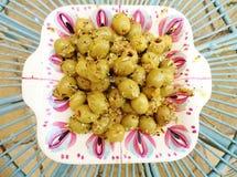 Olive verdi marinate con i semi di finocchio sul piatto d'annata fotografia stock libera da diritti
