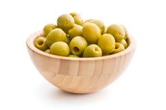 Olive verdi snocciolate in ciotola immagine stock