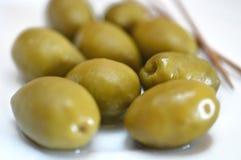 olive verdi sotto il piatto bianco immagini stock