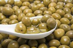 Olive verdi in un secchio bianco fotografie stock