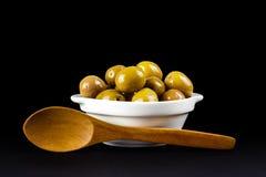 Olive verdi in una ciotola bianca Fotografia Stock Libera da Diritti