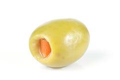 Olive verte bourrée du paprika rouge d'isolement sur le blanc Photographie stock libre de droits