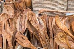 Olive Wood Tableware faite main s'est vendue au marché local de la région de la Provence image libre de droits