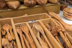 Olive Wood Tableware faite main s'est vendue au marché local de la région de la Provence images stock