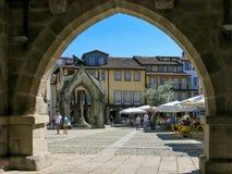 Oliveira Square i Guimaraes, Portugal Arkivbild