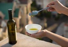Olivenöl über einem italienischen Stadthintergrund Lizenzfreie Stockbilder