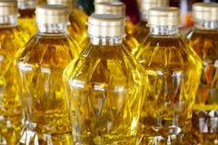 Olivenöl auf Regal für Verkauf stockbilder