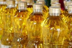 Olivenöl auf Regal für Verkauf lizenzfreie stockfotografie
