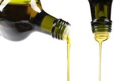 Olivenöl, das aus Glasflasche ausläuft stockfotos
