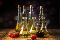 Olivenöl in den Flaschen stockfotos
