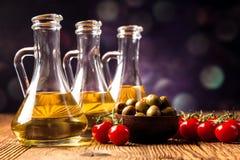 Olivenöl in den Flaschen Stockfotografie