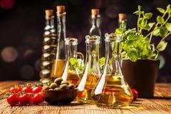 Olivenöl in den Flaschen lizenzfreies stockbild