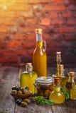 Olivenöl in den Glasflaschen und in den Oliven lizenzfreie stockbilder