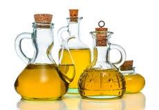 Olivenöl in den verschiedenen Flaschen Stockbild
