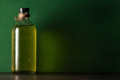 Olivenöl in der Flasche Stockfotografie