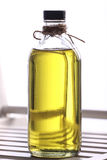 Olivenöl in der Flasche Lizenzfreie Stockfotos