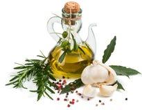 Olivenöl der Jungfrau, Knoblauch, Rosmarin, Lorbeer und Pfeffer stockbilder