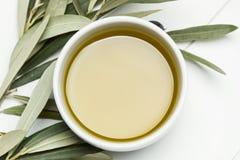 Olivenöl in einer Schüssel Stockbilder