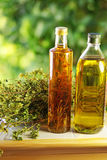 Olivenöl, Essig und Oregano. Stockfoto