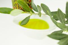 Olivenöl Flasche und Schüsselplatte mit Ölzweig Olivenöl der Jungfrau Natürliches Olivenöl, gesundes Lebensmittel stockbilder