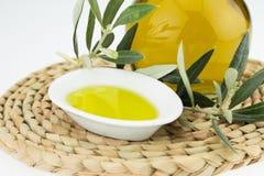 Olivenöl Flasche und Schüsselplatte mit Ölzweig Olivenöl der Jungfrau Natürliches Olivenöl, gesundes Lebensmittel lizenzfreies stockfoto