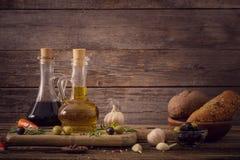 Olivenöl gewürzt mit Gewürzen lizenzfreies stockbild