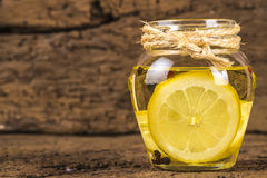 Olivenöl gewürzt mit Zitrone lizenzfreies stockfoto