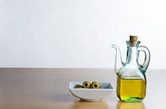 Olivenöl-Krug mit Oliven Lizenzfreies Stockfoto