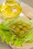 Olivenöl mit Oliven Stockbilder