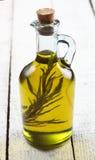 Olivenöl mit Rosmarin auf einem weißen Hintergrund Stockbild