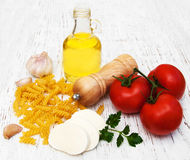 Olivenöl, Mozzarellakäse, fusilli Teigwaren, Knoblauch und Tomaten Lizenzfreies Stockbild