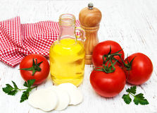 Olivenöl, Mozzarellakäse, Knoblauch und Tomaten Lizenzfreies Stockbild