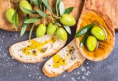 Olivenöl, Oliven und Brot Lizenzfreie Stockfotografie