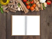 Olivenöl, Teigwaren, Knoblauch und Tomaten mit blocknote Stockbilder