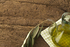 Olivenöl und Ölzweig Stockfoto