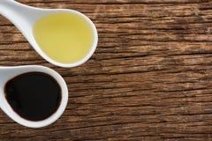 Olivenöl und Balsamico-Essig im Löffel Stockfotos