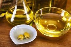 Olivenöl und Draufsicht der Oliven stockfotografie